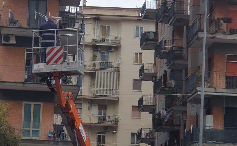 Operai per la pubblica illuminazione a lavoro senza casco protettivo, l'ira di Vicinanza della Cisal