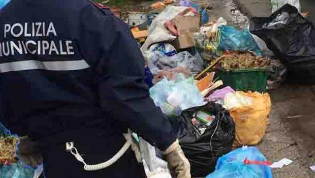 Abbandono di rifiuti, controlli di Polizia Municipale e Salerno Pulita: fioccano i verbali