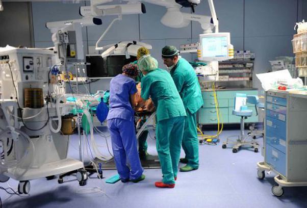 Morì in ospedale al Ruggi dopo un intervento, caso riaperto: nei guai 27 sanitari e 3 centri