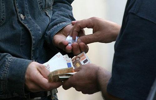 Battipaglia: droga ai ragazzini in villa comunale, la mamma maresciallo insegue lo spacciatore