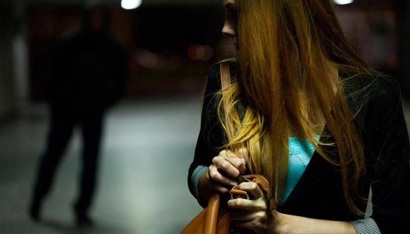 Tormento alla vicina con auto davanti casa per non farla uscire: nei guai 56enne paganese