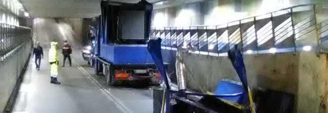 Battipaglia, mezzo pesante si schianta nel sottopasso