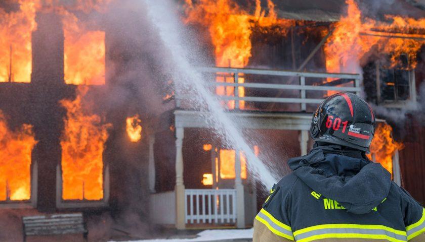 A fuoco una casa a Trentinara, muore un'anziana. Ferito il marito