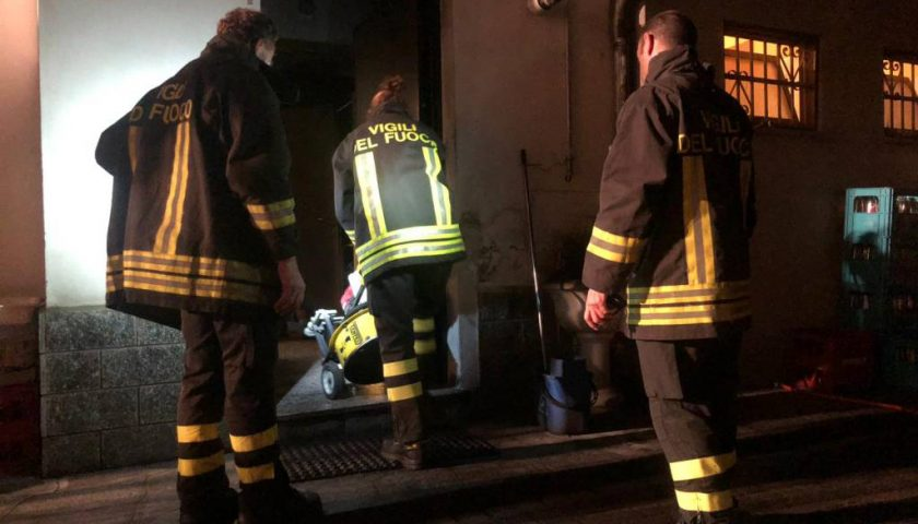 A fuoco capannoni di zootecnica ad Altavilla Silentina