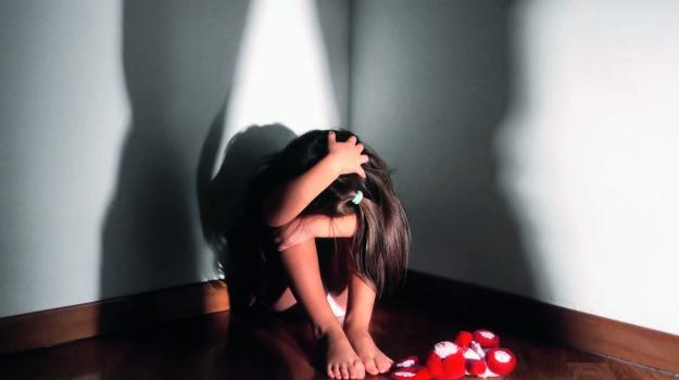 Violenze sessuali su tre bambini a Salerno, assolti dopo 12 anni il padre e gli altri imputati