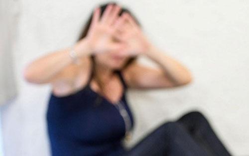 Scopre con l'esame del Dna che la figlia non è sua e picchia la moglie