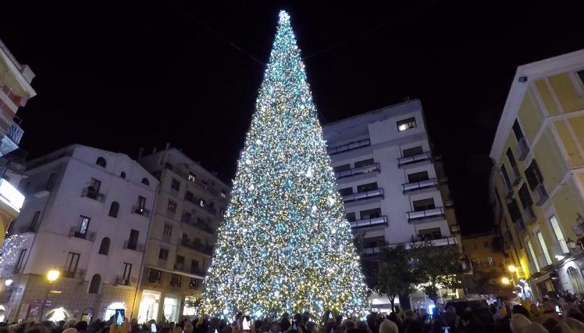 A migliaia in piazza Portanova per l'accensione del maxi albero, De Luca: «Una delle più belle iniziative d'Italia»
