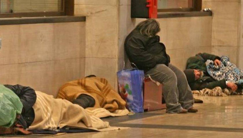 Emergenza gelo, stanziati 35mila euro: aperti metro e dormitori per i clochard al freddo. Donne ospitate dalla Caritas