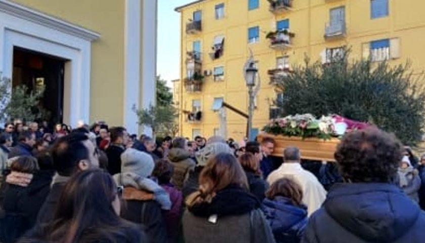 Folla commossa per l'addio alla giornalista Marta Naddei, scomparsa in seguito a un incidente
