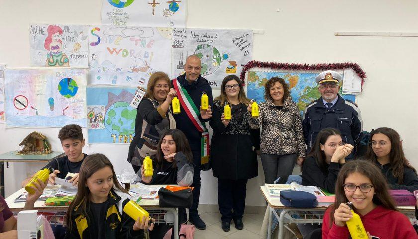 Il Comune di Montecorvino Pugliano ha consegnato mille borracce in alluminio agli alunni