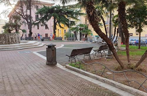 Coronavirus, vietato sedersi sulle panchine in piazza San Francesco
