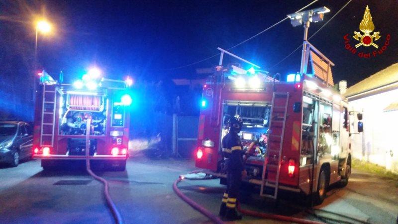 Azienda di imballaggio a fuoco durante la notte a Roccapiemonte
