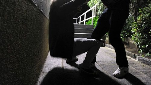 Giovane picchiato a Cava de' Tirreni, individuati e denunciati due fratelli e un amico. Indagini per risalire al resto del branco