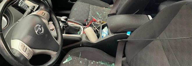 Sasso contro l'auto dell'assessore, finestrino sfondato: «Intimidazione»