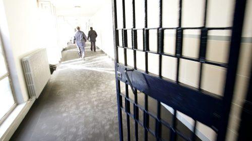 Detenuto gambiano va in ospedale e tenta di scappare aggredendo gli agenti del carcere di Fuorni