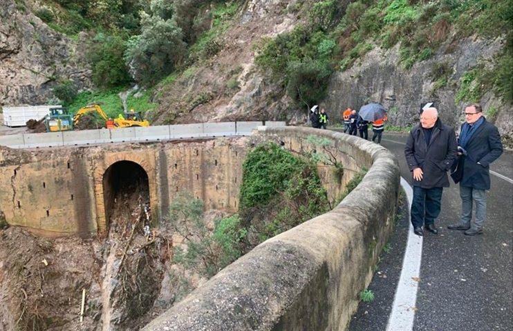 """Maltempo, il governatore De Luca a Cetara: """"Situazione delicata che va affrontata e condivisa dalla Regione e dai ministeri dell'Ambiente e delle Infrastrutture. Ora subito lo stato di calamità"""""""