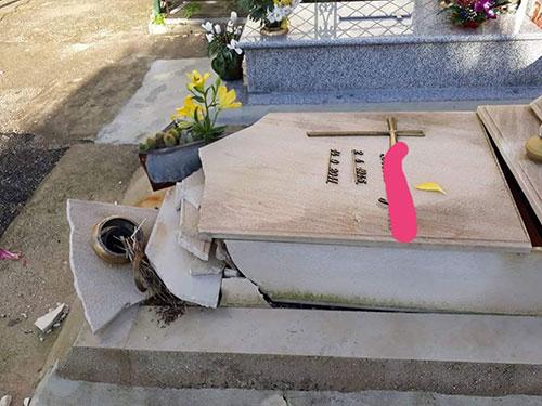 Vandali al cimitero di Salerno, distrutte tombe e lapidi