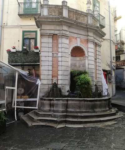 """""""Figli delle Chiancarelle"""" sui social: «Fontana di Largo Campo in condizioni indecorose»"""