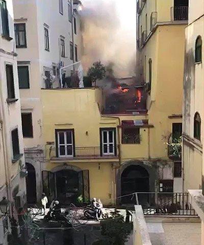 Terrazzo di un'abitazione in fiamme nel Centro Storico di Salerno
