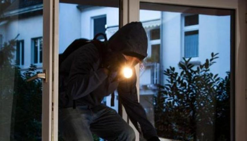 Angri,  ladri svaligiano l'appartamento mentre i proprietari sono al piano di sotto a vedere il festival di Sanremo