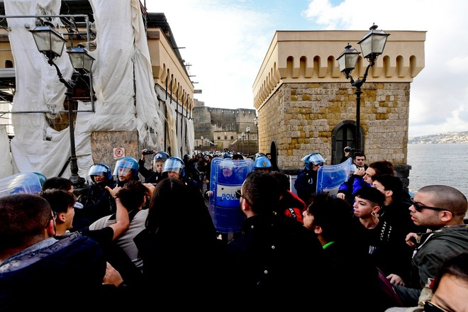 Napoli, scontri davanti al Castel dell'Ovo: allontanati gli attivisti di ​Fridays For Future