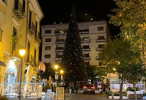 Salerno: completato il maxi albero di Natale in Piazza Portanova