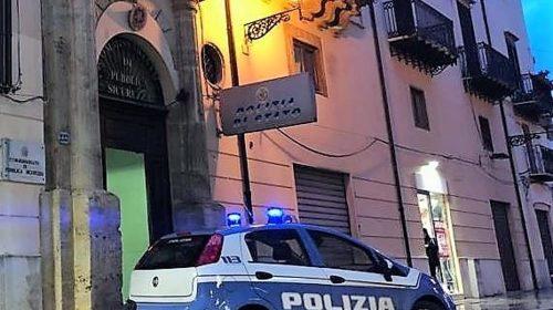 Picchia e deruba ragazzi sul Corso di Salerno, fermata da agenti non in servizio