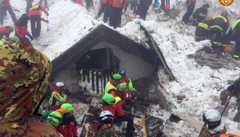 Tragedia di Rigopiano con 29 morti tra cui il salernitano Feniello: assolti 22 indagati