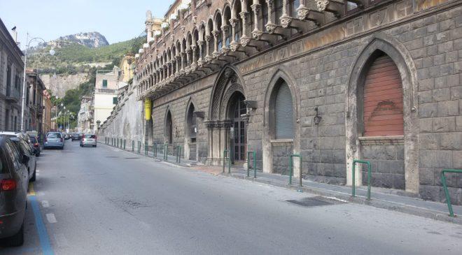 Sosta selvaggia a Salerno, strisce blu in via Benedetto Croce