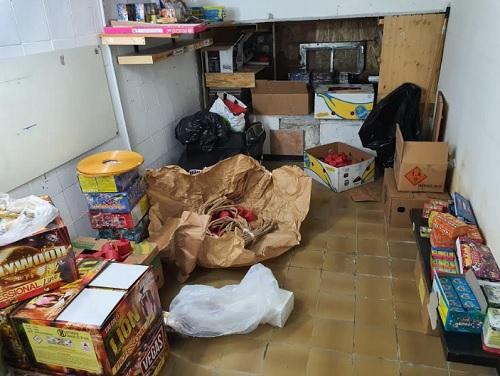 Salerno, arsenale di bombe carta e altri botti proibiti rinvenuti in uno scantinato a Mariconda: scattano due arresti