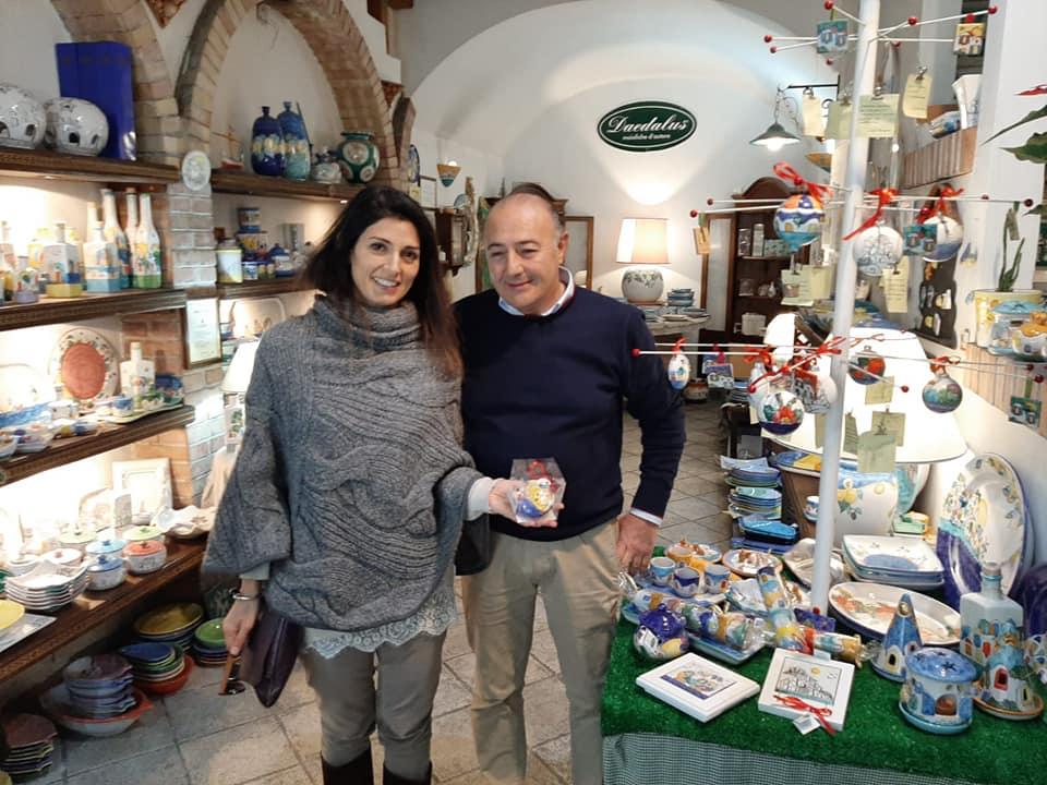 Vietri sul Mare: il sindaco di Roma Virginia Raggi in visita al laboratorio ceramico di Nicola Campanile