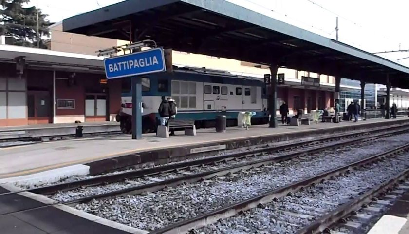 Treno da Cosenza a Napoli strapieno, magistrato lo fa fermare a Battipaglia
