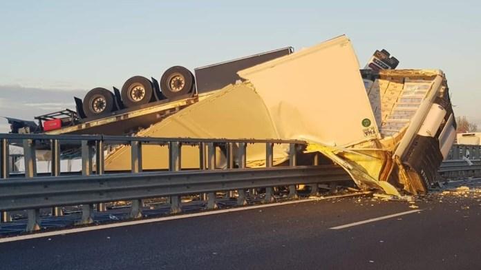 Tir si capovolge in autostrada, automobilisti rubano il carico dei panettoni