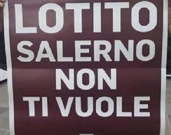 """Salernitana, manifesti contro il patron: """"Lotito, Salerno non ti vuole!"""""""