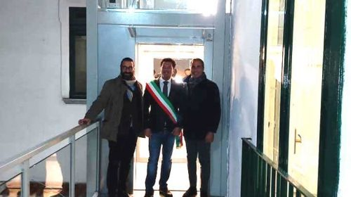 """Vietri sul Mare, via barriera architettonica per accedere alla casa comunale: inaugurato il nuovo ascensore donato dall'associazione """"Mia Piccola"""""""