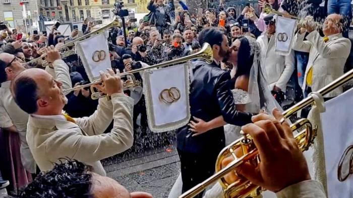 Matrimonio tra il neomelodico Tony Colombo e la moglie del boss, licenziati i 5 agenti della penitenziaria che suonarono alle nozze