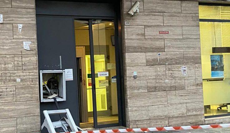 Fanno esplodere il bancomat in viale Amendola a Eboli ma il colpo non riesce: banditi in fuga senza malloppo