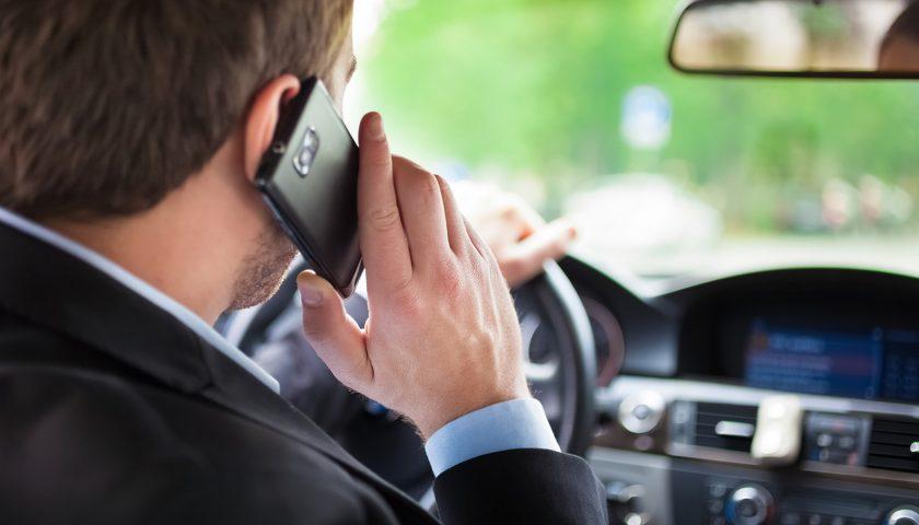 Codice della Strada: 1700 euro di multa per chi usa il telefono alla guida