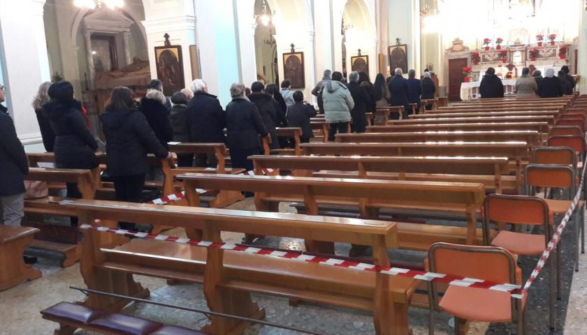 Giffoni Valle Piana, cede il solaio in chiesa durante la Santa Mess in chiesa: colpito un fedele
