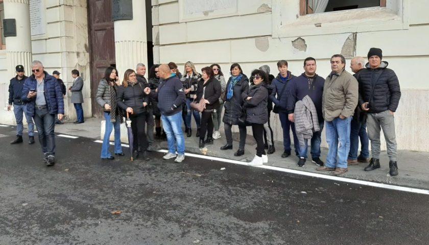 Senza stipendio da 9 mesi, slitta il confronto: i lavoratori del Corisa 2 bloccano la strada in via Roma