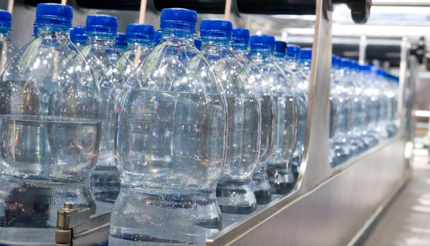 Bibite e acqua conservate in pessimo stato: a Salerno maxi sequestro del Nas di migliaia di prodotti