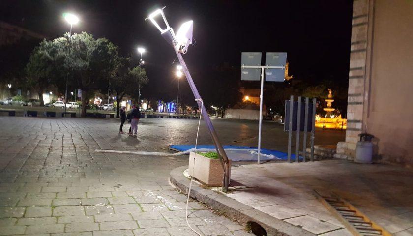 Vallo di Diano, il vento scoperchia tetti e sdradica lampioni dalle strade