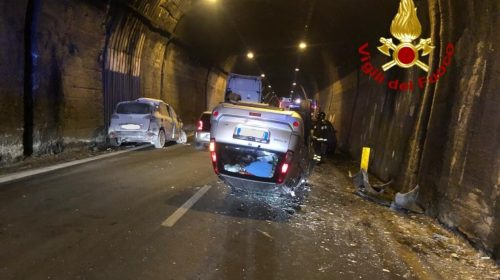 Incidente in galleria tra Avellino e Salerno, auto ribaltata: due feriti gravi in ospedale