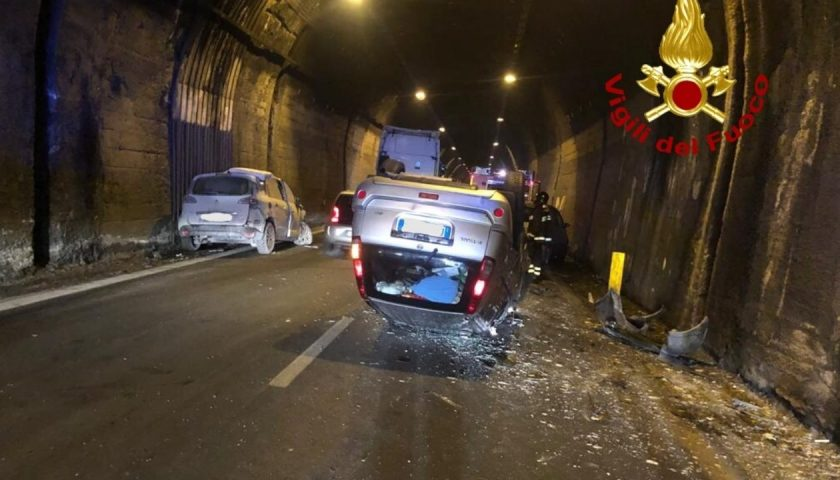 Incidente in galleria tra Avellino e Salerno, auto ribaltata: due feriti gravi in ospedale