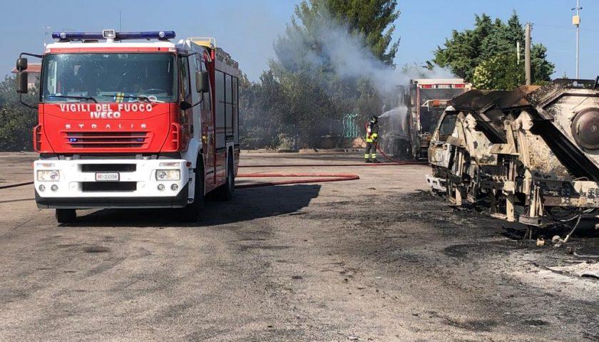 Raccolta rifiuti nel Foggiano, bruciato il parco mezzi di una società di Sarno