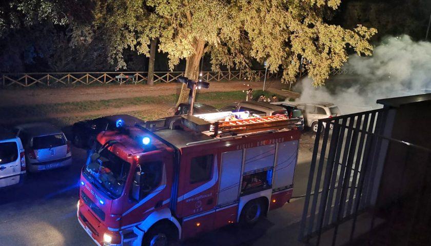 Strade deserte a Eboli durante il concerto di Renato Zero al Palasele, Suv in fiamme: si indaga per un incendio doloso