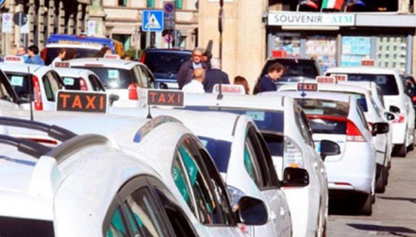 Covid: dopo i commercianti protestano i tassisti: in auto in Piazza Plebiscito a Napoli