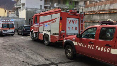 Ruba furgone, urta 9 auto e poi si scontra: mezzo in fiamme e ladro in fuga