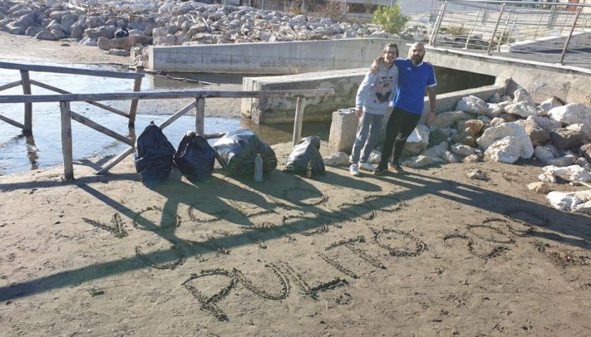 """I ragazzi di """"Voglio un Mondo Pulito"""" puliscono la spiaggia di Santa Teresa dopo i festeggiamenti di Capodanno"""