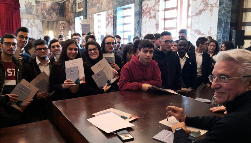 Il Comune di Salerno dona copia della Costituzione ai neomaggiorenni